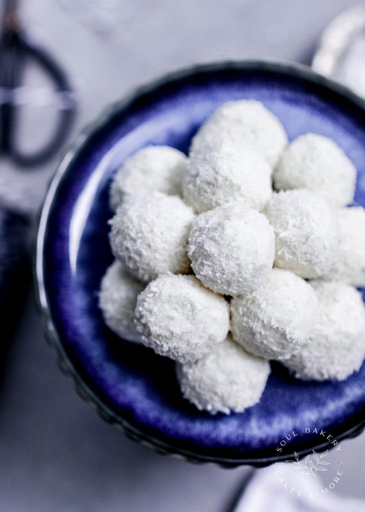 Kokoskugeln, zuckerfreie Kokoskugeln, gesunder Snack, gesund naschen, zuckerfrei naschen, Energy Balls, gesund snacken, zuckerfreie Süßigkeiten, Raffaello selber machen, Raffaello selber machen Rezept, gesunde Raffaello